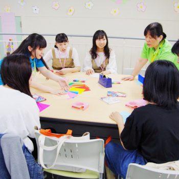 体験授業「介護」→「アクティビティケア」~夏飾りを作ろう~「保育」→「新聞シアター」~身近なものを使って遊ぼう~※受けたい学科の授業を選べます